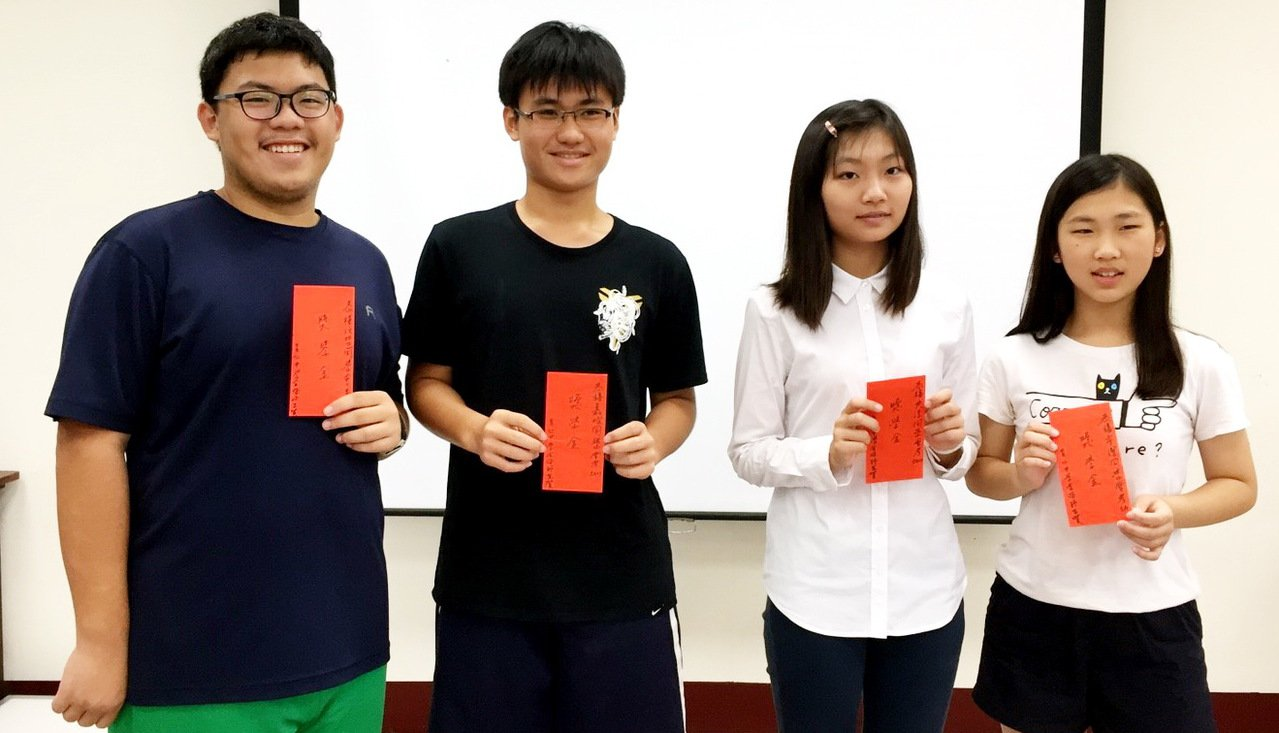 今年國中會考,台東育仁中學有4人獲得5A以上成績,校方上午立即頒發獎學金給謝汶哲...