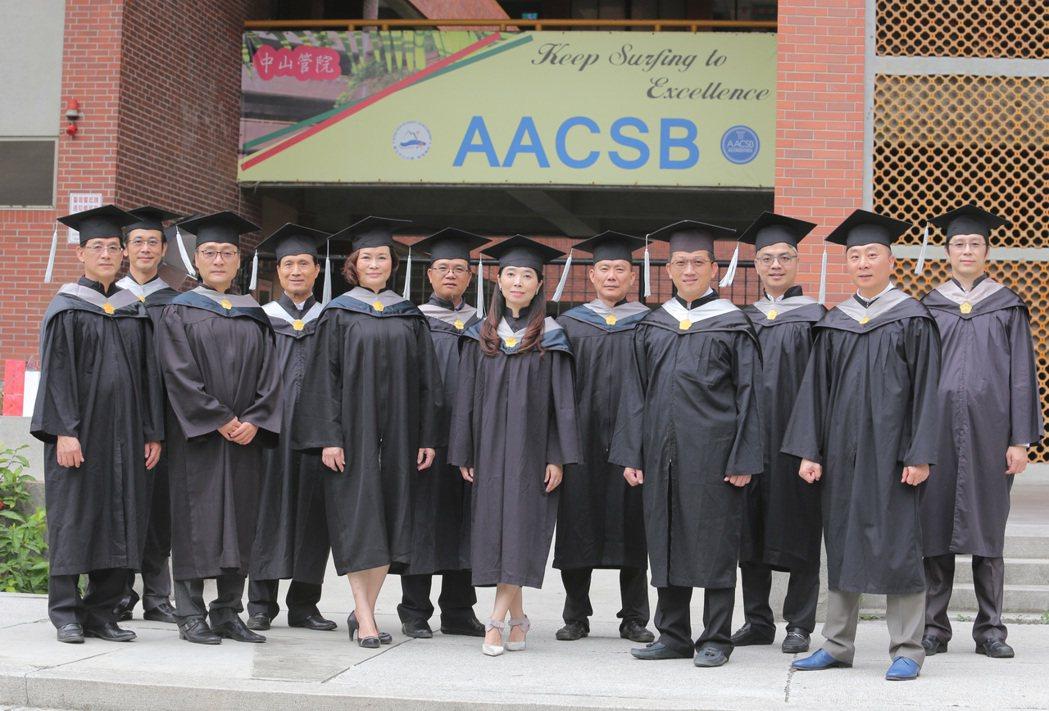 中山大學EMBA今年畢業班E18級的12位企業家學員,將個人的創業歷程與經營智慧...