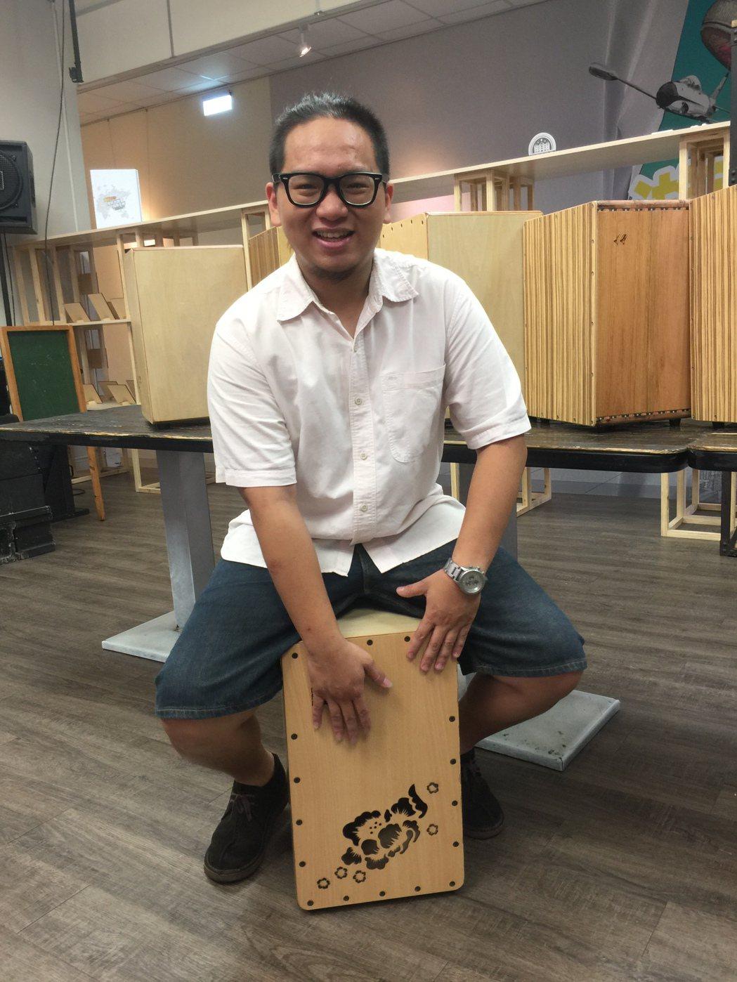黃璽瑞表示木箱鼓適合男女生學習。記者鄭國樑/攝影