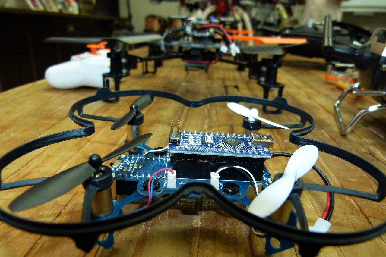 學習組裝無人機需具備多方面知識。記者鄭國樑/攝影