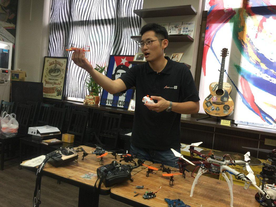 張東琳手上拿的無人機機體用樂高組合,學員還要學習安裝及調校控飛主機板等,完成後可...
