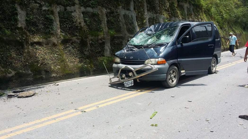 天氣不穩定,邊坡的土石鬆動,台七甲6公里處中午落石砸破一部箱型車擋風玻璃,還好車...