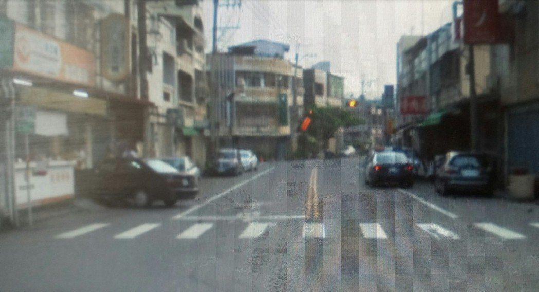 老翁車子衝撞早餐店旁。記者卜敏正/翻攝