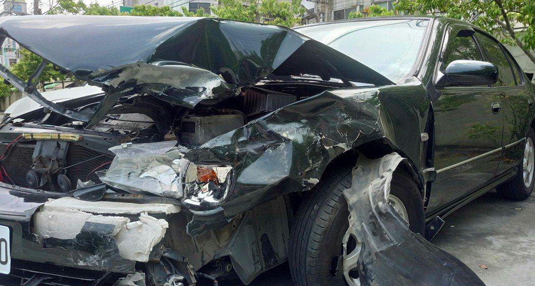 江姓車主的駕駛肇事後, 車頭全毀駕駛不知去向。記者卜敏正/攝影