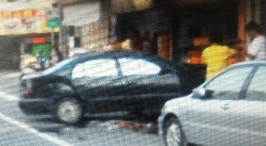 老翁車子衝撞早餐店後,將早餐店外桌椅都撞壞了。記者卜敏正/翻攝