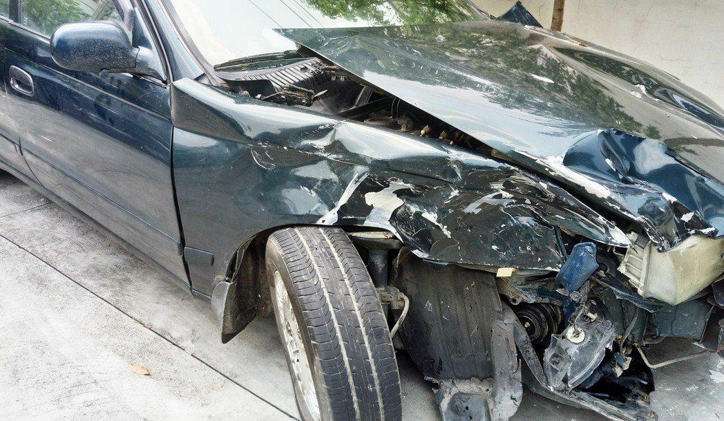 老翁車子撞到早餐店旁後車頭半毀。記者卜敏正/攝影
