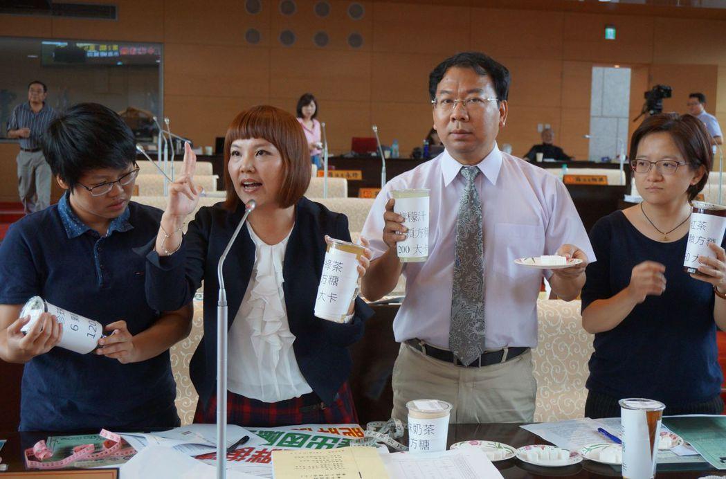 體育署調查,六都肥胖排名台中市第二,議員呼籲要少喝含糖飲料。記者洪敬浤/攝影