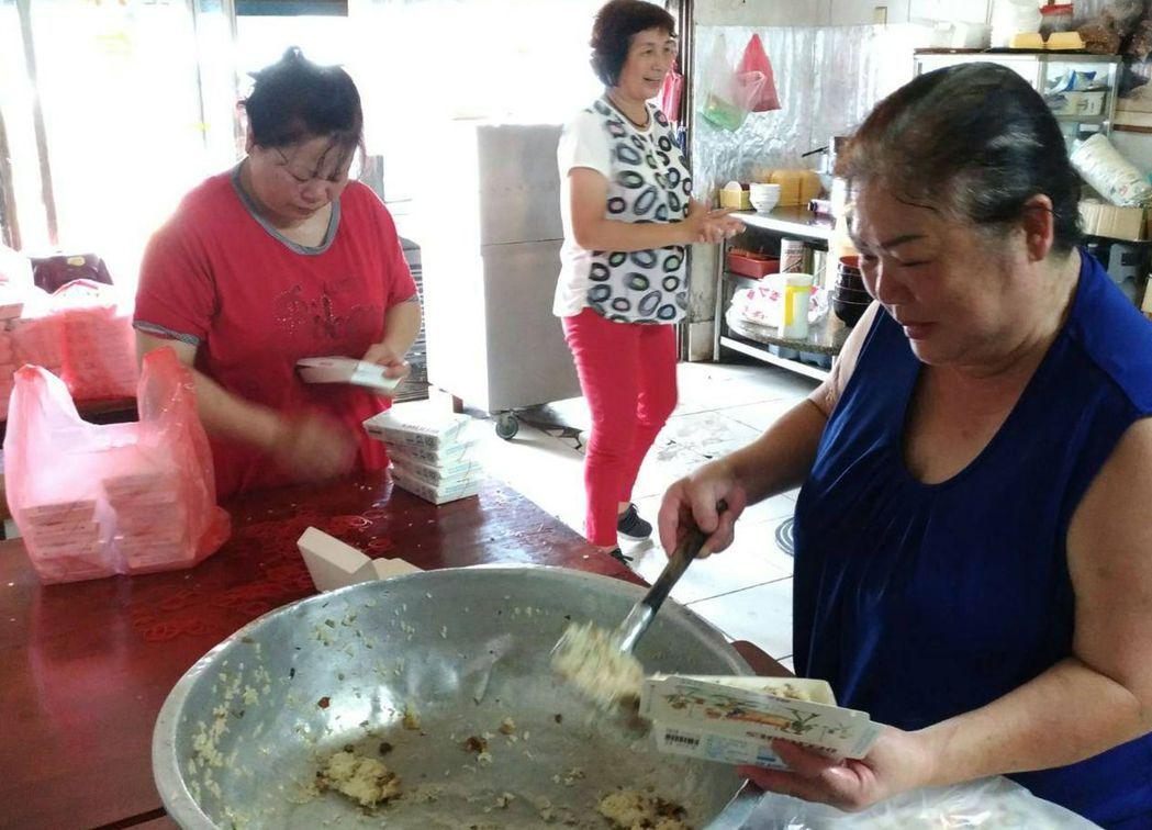 龍津媽媽周阿雲(右)準備一大桶的筍子湯、涼麵及110盒油飯慰勞員警辛勞。圖/翻攝...