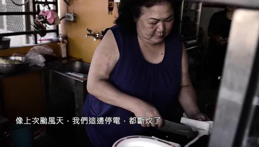 龍津媽媽周阿雲八年來常準備拿手料理慰勞員警辛勞。圖/TCPB局長室提供