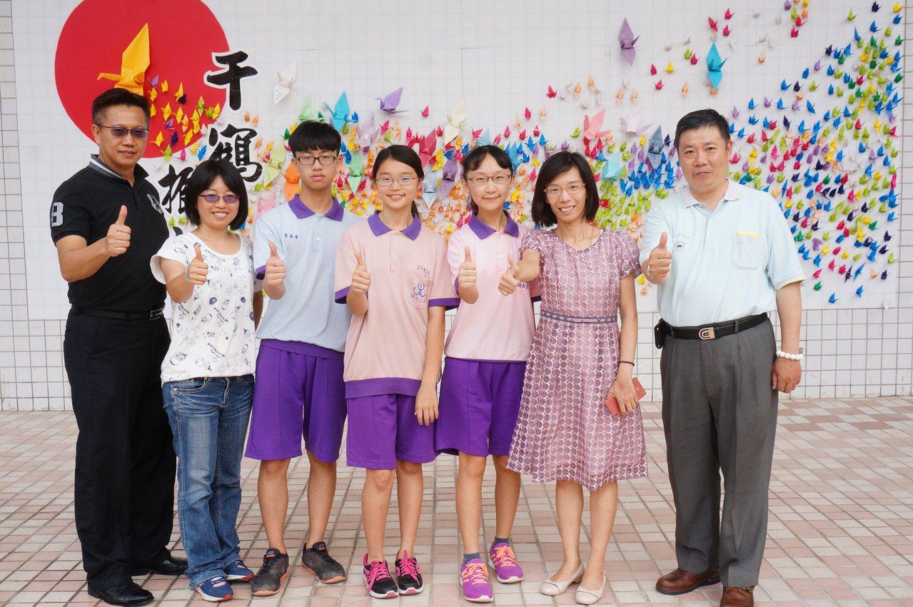 民生國中5A++學生陳思樺(右三起)、黃寀綾、蕭詠霖等人。記者林伯驊/攝影