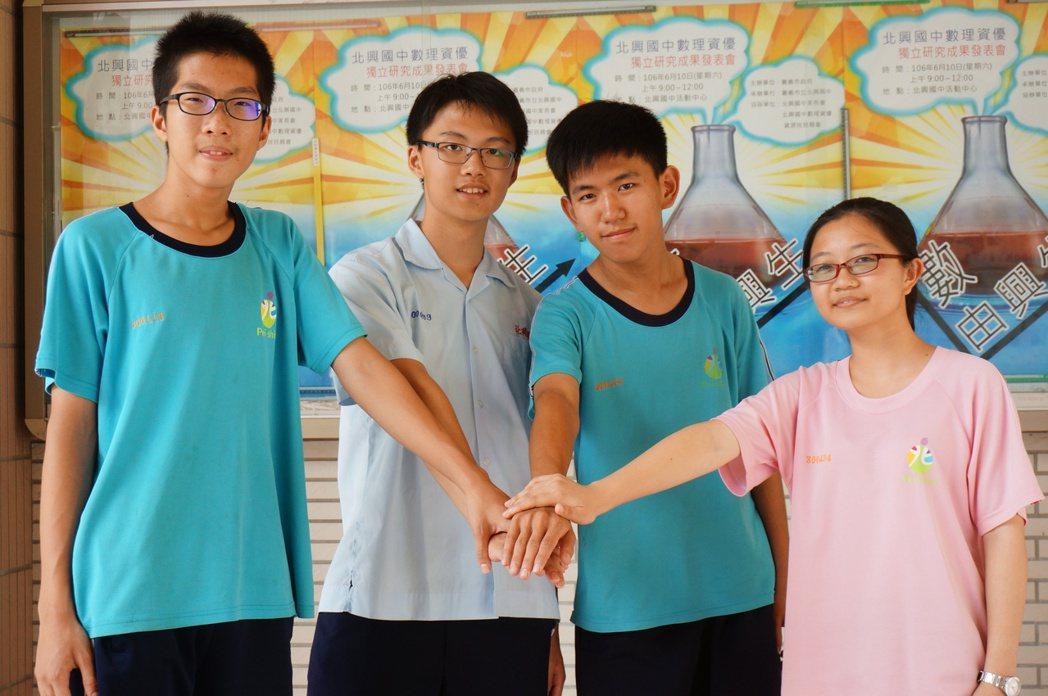 北興國中榜首陳淳和(左起),另高分同學劉樂昌、楊泰萱、青佩樺。記者林伯驊/攝影