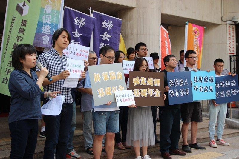 民間團體今天在立法院外舉行記者會,呼籲立法院優先處理基礎年金。圖/婦女新知基金會...