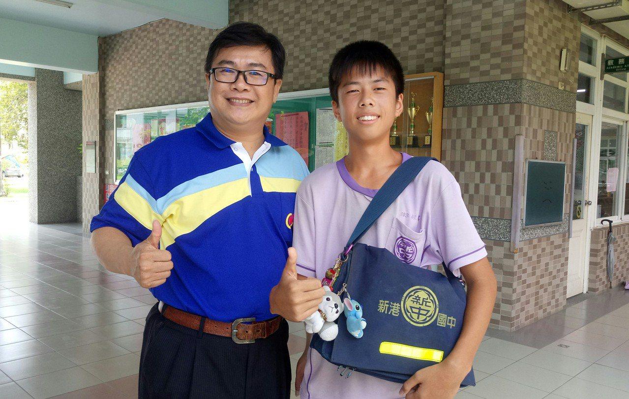 新港國中校長張家碩(左)提醒杜峯,未來課業會越來越重,絕不可輕忽。記者卜敏正/攝...