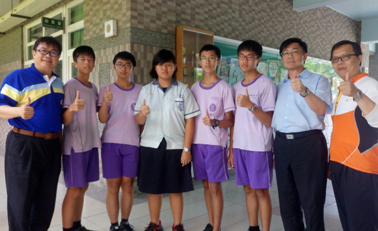 新港國中校長張家碩(左1)表示,今年學校有22人拿5A好成績。記者卜敏正/攝影
