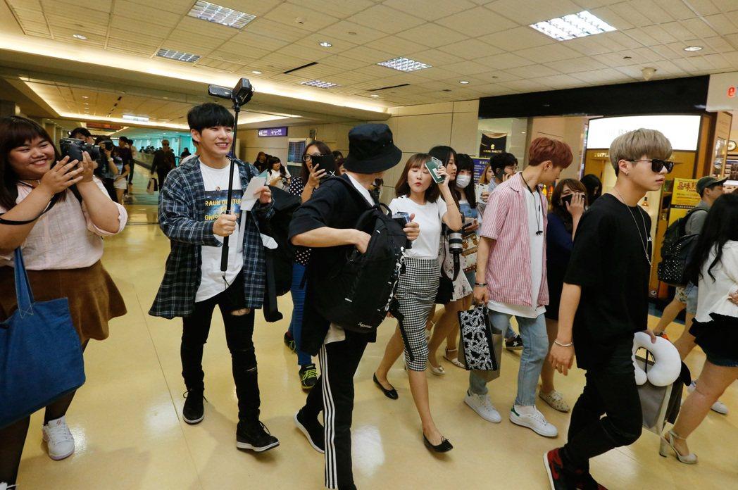 韓國男團《Boys24 》的首個子團「Unit Black」中午抵台。記者鄭超文...