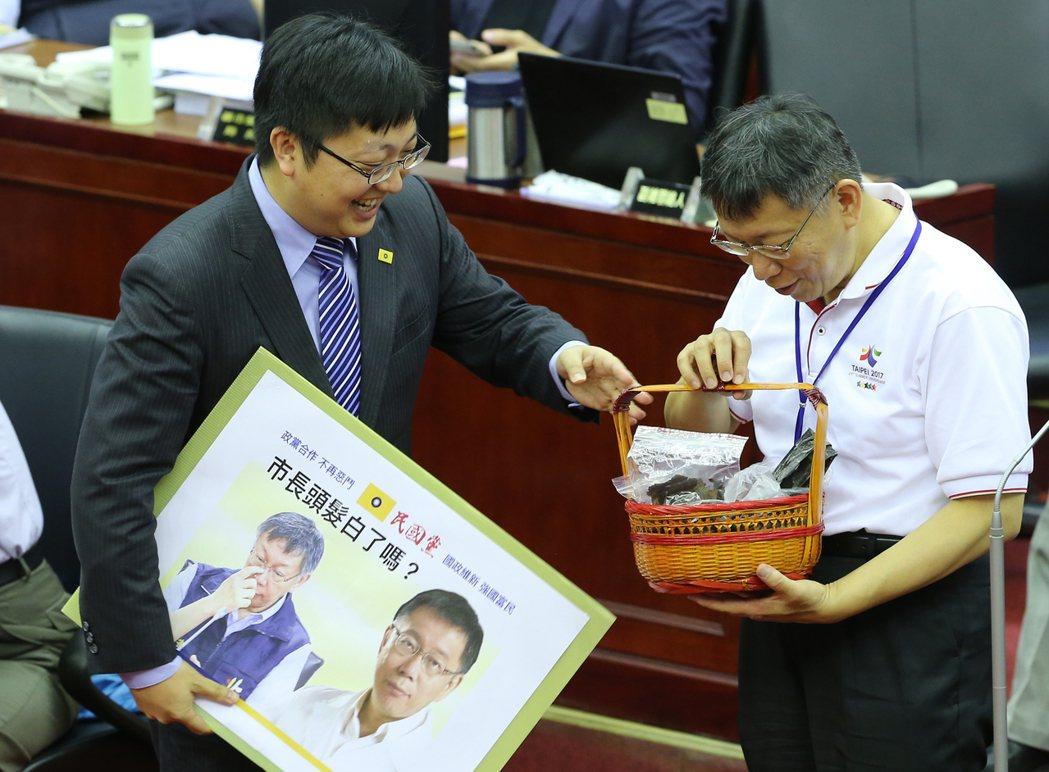 議員徐世勳(左)送上何首烏等中藥,要讓白頭髮漸增的柯文哲(右)補補身。記者許正宏...