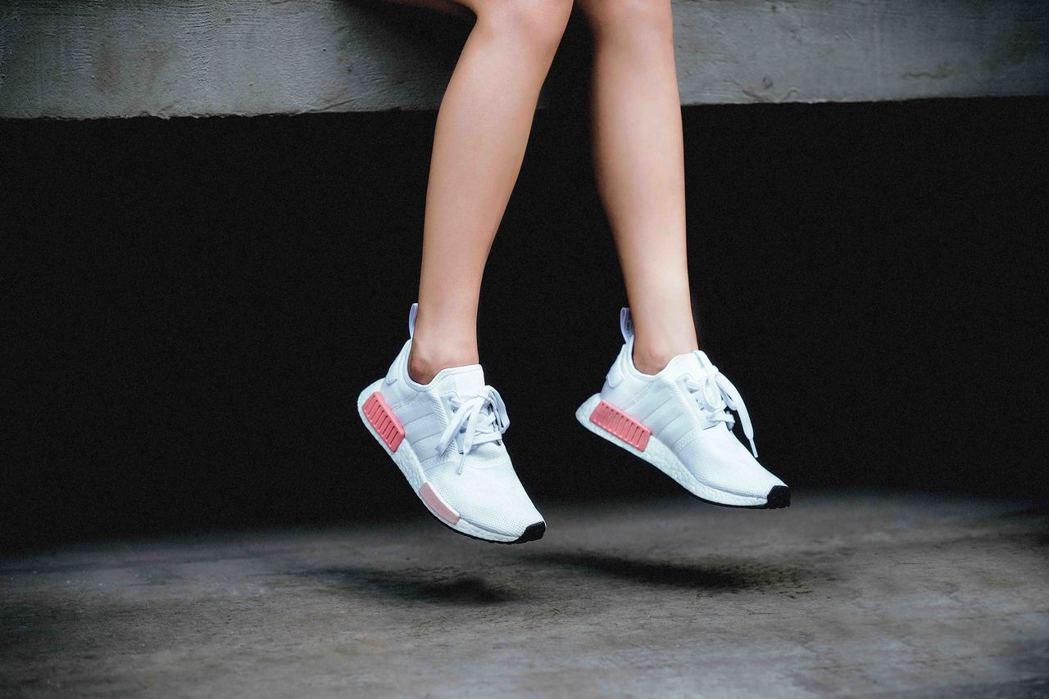 adidas Originals NMD_R1女款,5,290元。圖/adida...