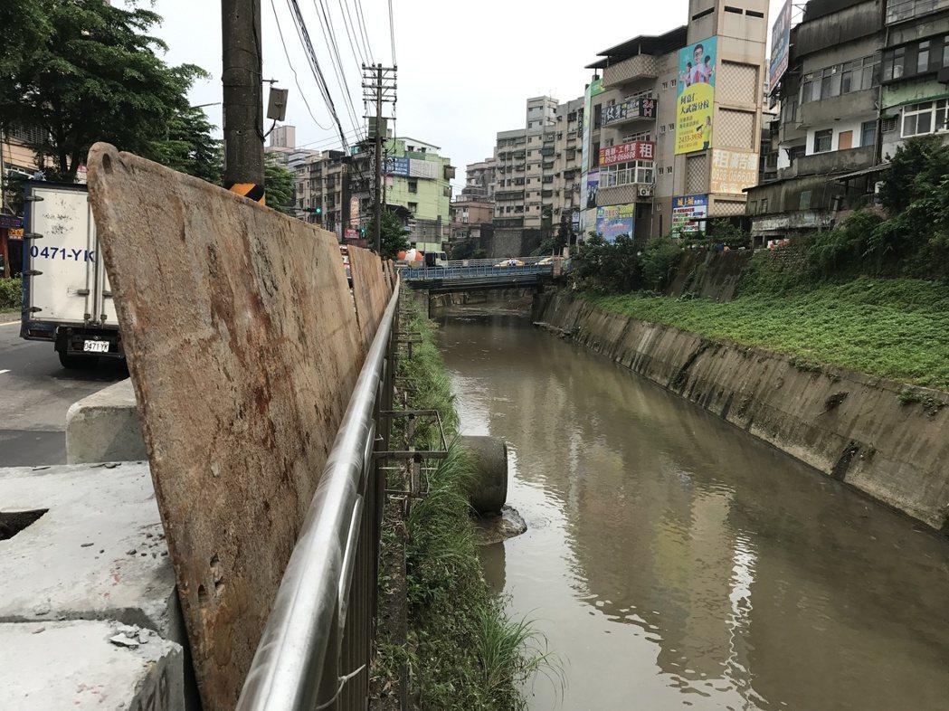 又有梅雨鋒要來,基隆市政府搬來鐵板,預做防災準備。記者吳淑君/攝影
