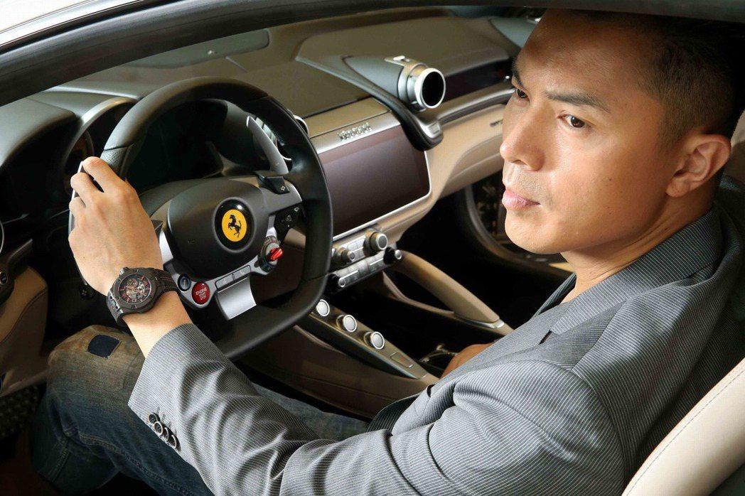 佩戴宇舶Big Bang Ferrari碳纖維腕表的陳信安,也試乘了最新的法拉利...