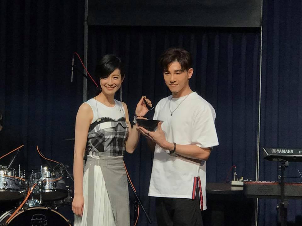 賴雅妍9日晚間開唱,張立昂帶雞湯探班。記者梅衍儂/攝影