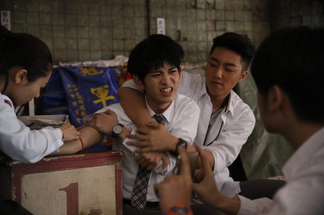 蔡凡熙(右)在電影「報告老師!怪怪怪怪物!」裡面霸凌鄧育凱。圖/群星瑞智提供