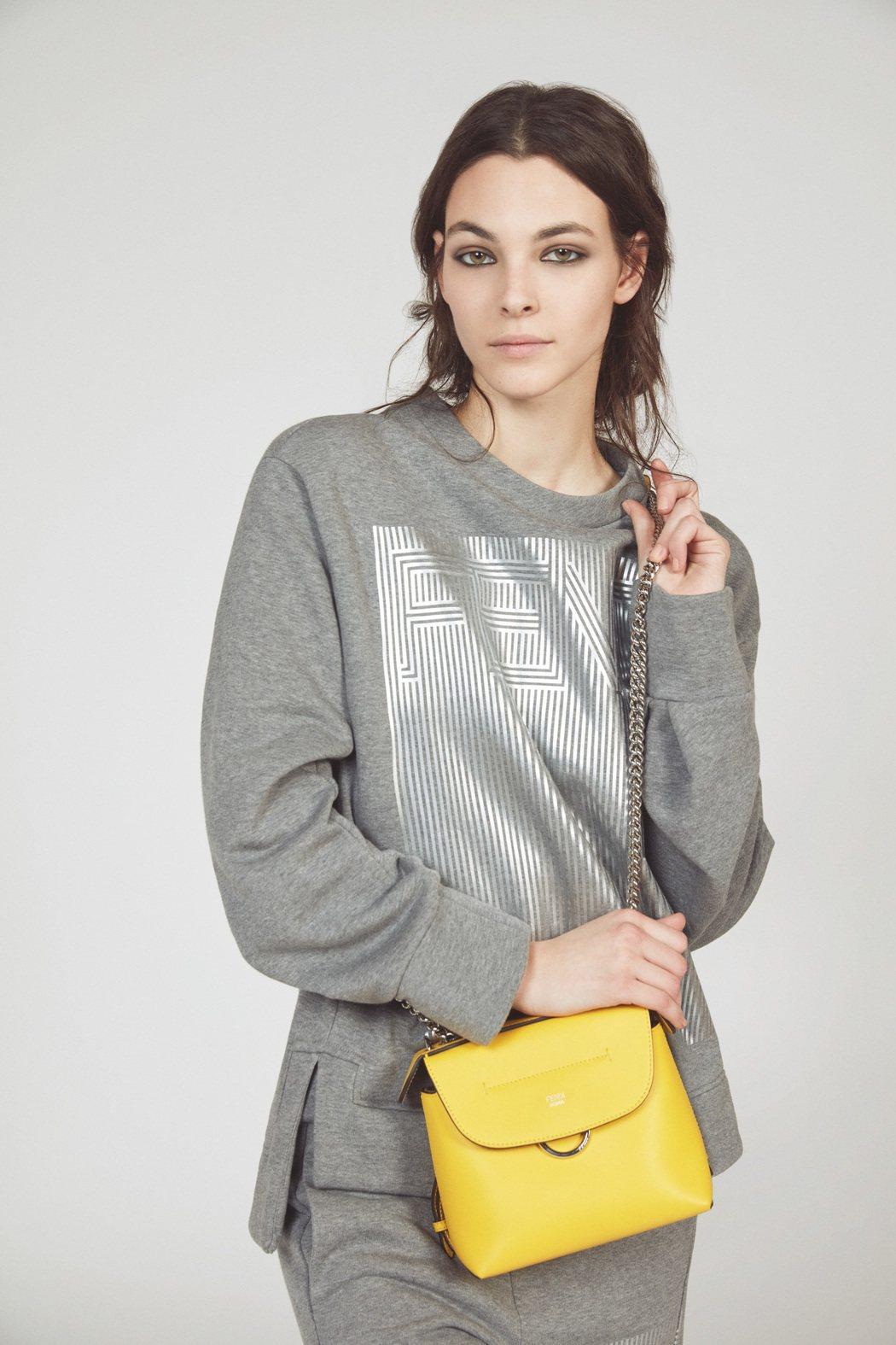 義大利超模Vittoria Ceretti以炫色的黃色包款和灰色搭出協調感。圖/...