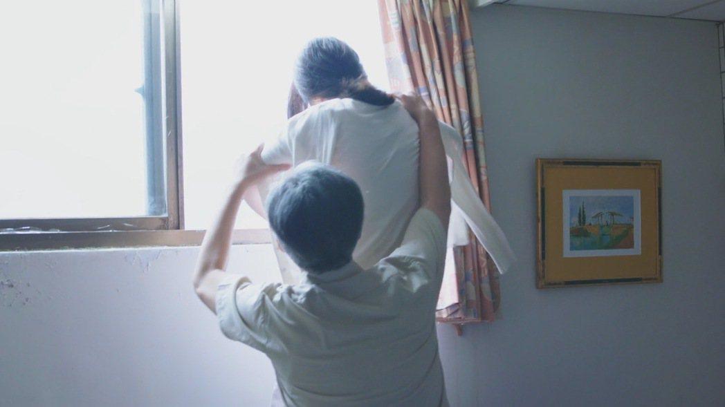 曹雅雯戲中想跳樓輕生戲,被樊光耀拉著。圖/民視提供