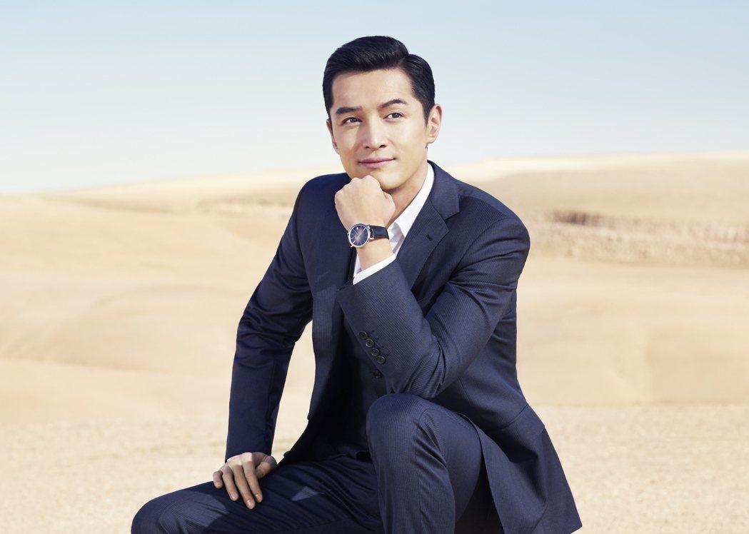 胡歌配戴Altiplano六十周年系列43毫米18K白金漸層藍色腕表,81萬5,...