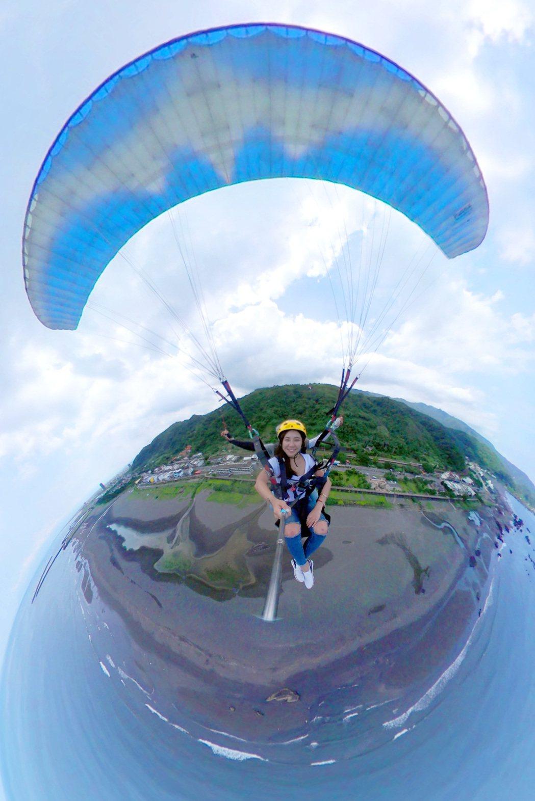 透過Samsung Gear 360(2017),搭乘飛行傘更能拍下壯闊山海景色...