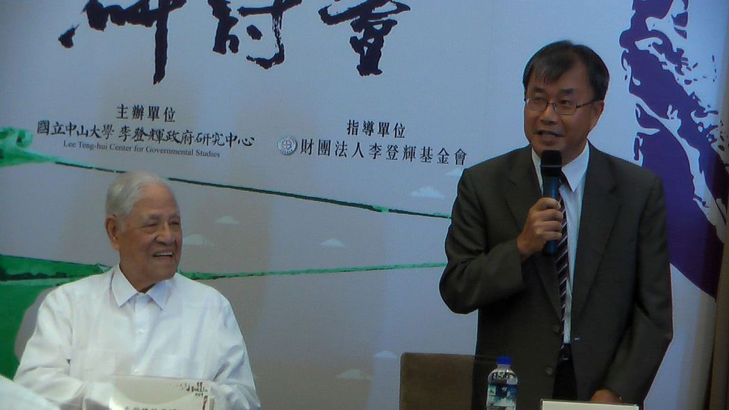 前總統李登輝(左)到中山大學參加「台灣第二次民主化研討會」,校長鄭英耀(右)致詞...