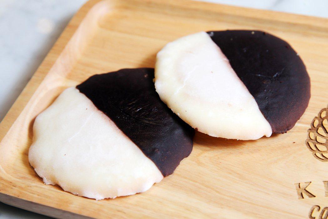 紐約經典黑白餅乾是紐約代表甜點,口感鬆軟的香草餅乾,加上檸檬與巧克力點綴各半,創...