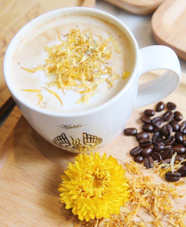 將金盞花放入咖啡裡,讓金盞花淡淡的香氣融合拿鐵香醇的金盞花拿鐵咖啡。圖/記者徐兆...