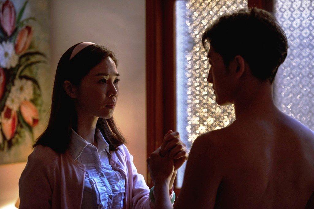 高英軒(右)、謝盈萱戲裡因一場擦藥戲而萌生愛意。圖/公視提供