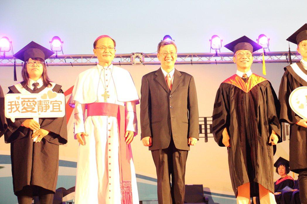 副總統陳建仁(左3)今日晚間參與靜宜大學畢業典禮,現場送3個錦囊妙計勉勵畢業生。...