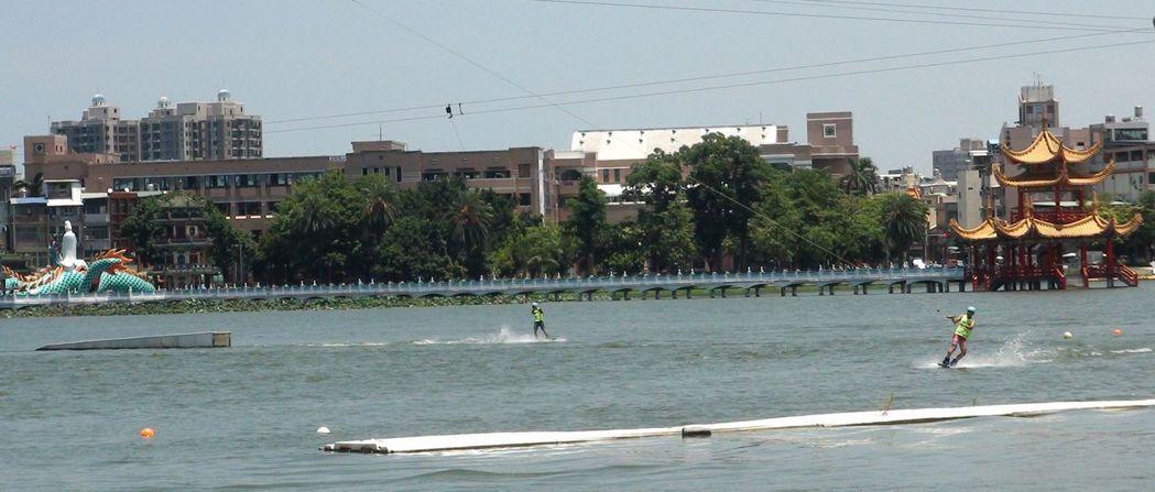 高雄蓮池潭的纜繩滑水,在寺廟古蹟中享受水上運動的樂趣。記者楊濡嘉/攝影