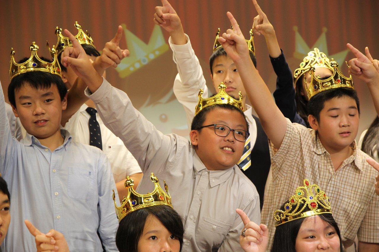 台中市天主教育仁小學今晚替應屆畢業生舉行「少年加冠祝福禮」,學生們完成加冠後開心...
