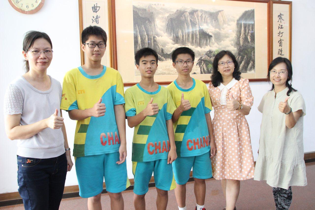 彰興國中學生楊恩力(左2)、李易蒼(左3)、祝宗權(右3)會考考出好成績。記者林...