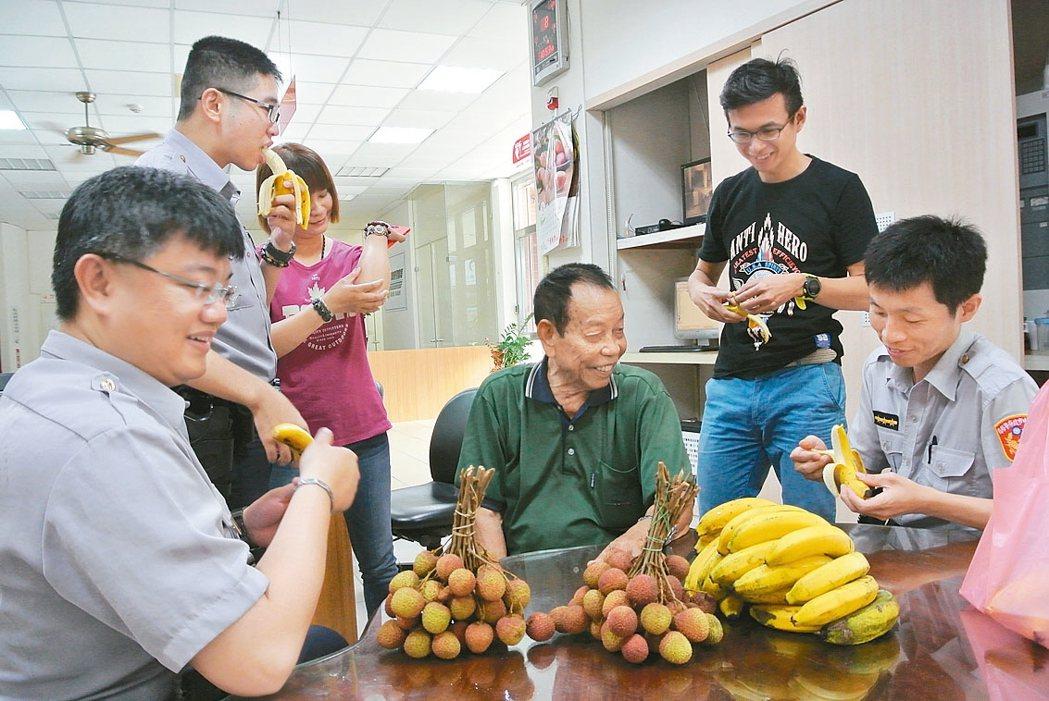 88歲「皮仔伯」張金發(中)每周親自找蕉農挑選、採購香蕉,讓東山派出所員警健康吃...