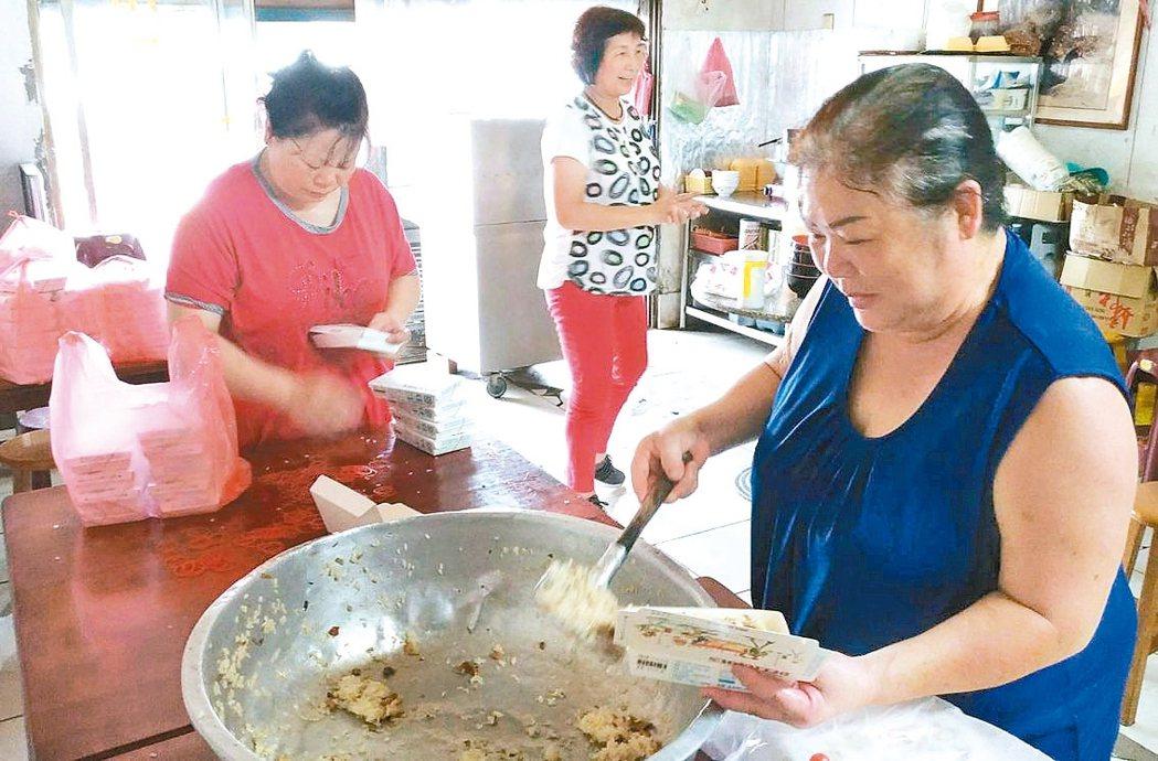 龍津媽媽周阿雲(右)準備110盒油飯、涼麵,及一大桶的筍子湯,慰勞員警辛勞。 圖...