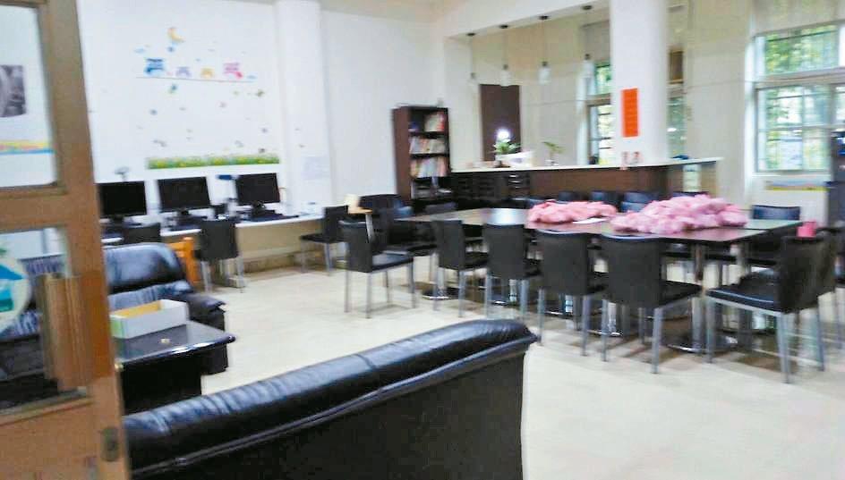有家長指出,有學校浪費一樓空間設立人事室、校史室、聯絡交誼中心,卻聲稱無餘裕空間...