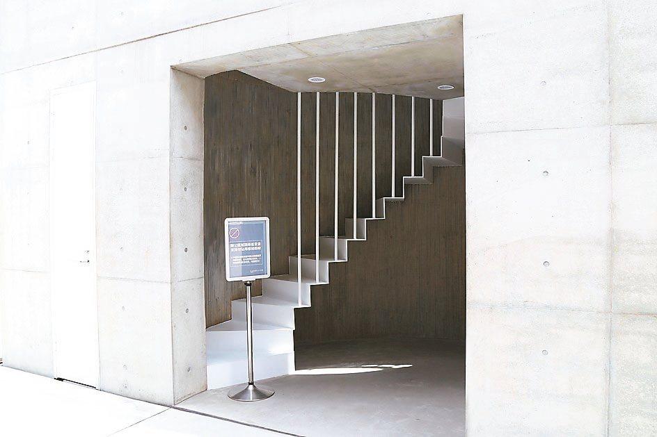 展場外的旋轉白樓梯,為清水混凝土新建物,搭配細白的長杆,也成為文青怎麼拍怎麼美的...