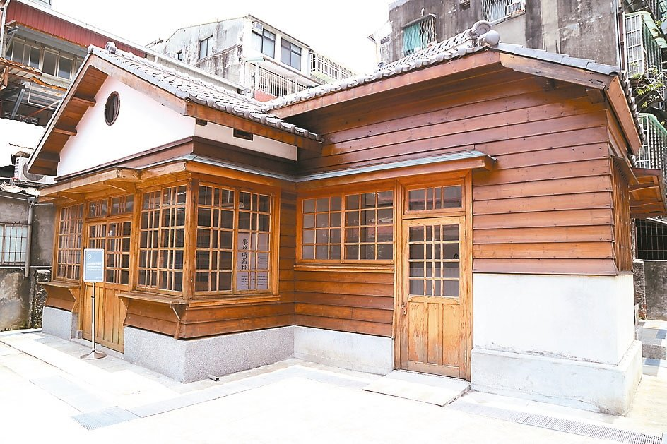 早期職員宿舍的日式木建築也是熱門取景點。 記者魏莨伊/攝影