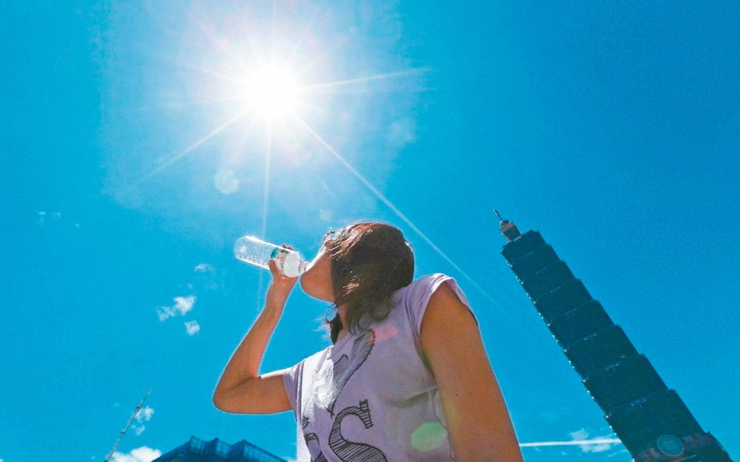 天氣仍悶熱,要多喝水,防中暑。 本報資料照片