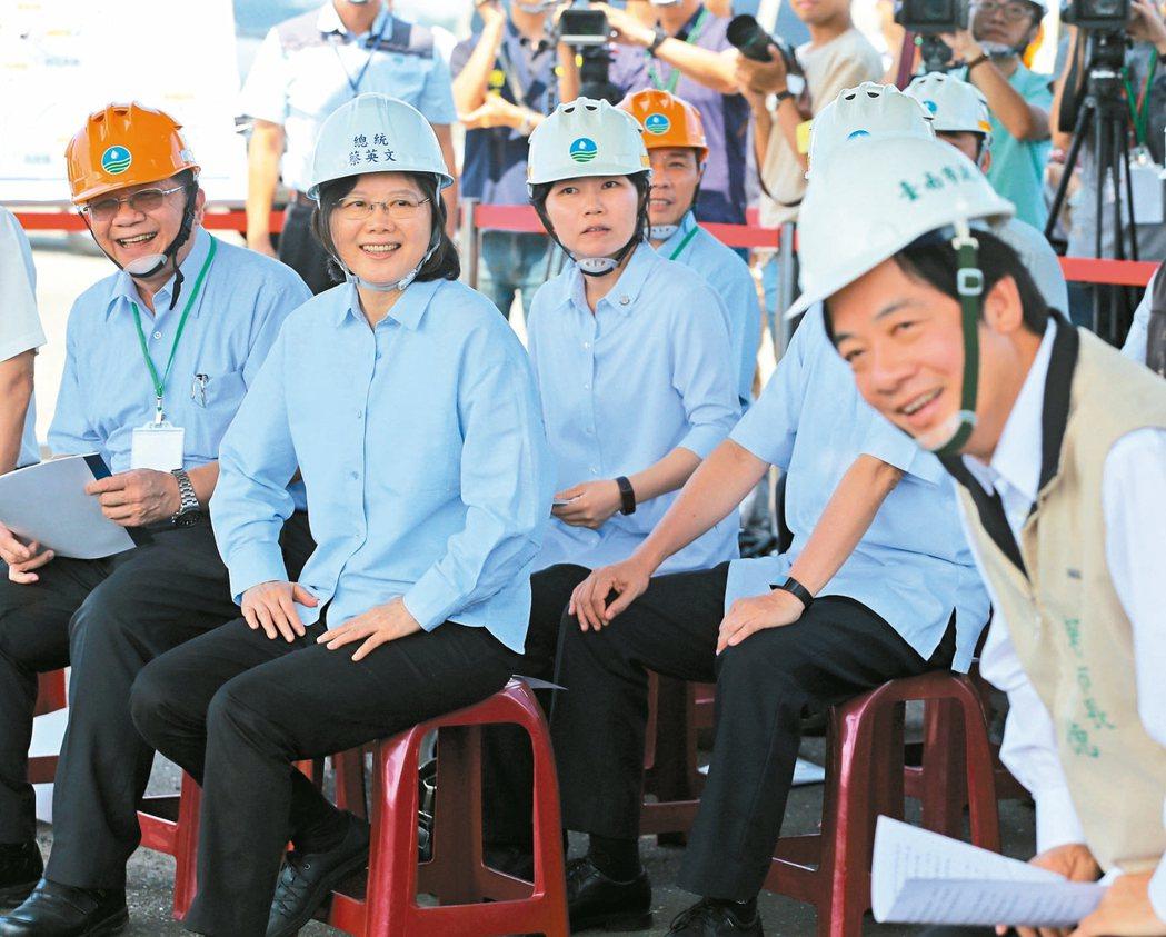 蔡英文總統(左)昨天上午到台南白河水庫視察水庫淤積情況,台南市長賴清德(右)全程...