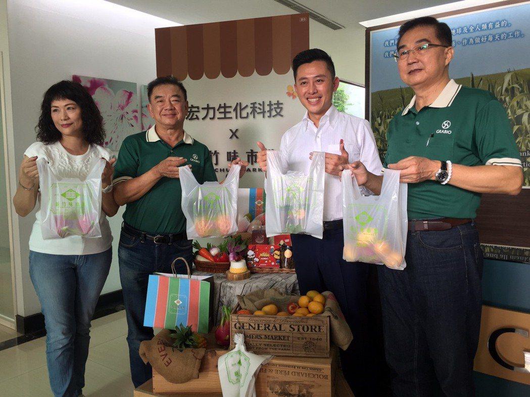 市長林智堅(右二)推可分解塑膠袋,提倡環保。 記者郭宣彣/攝影