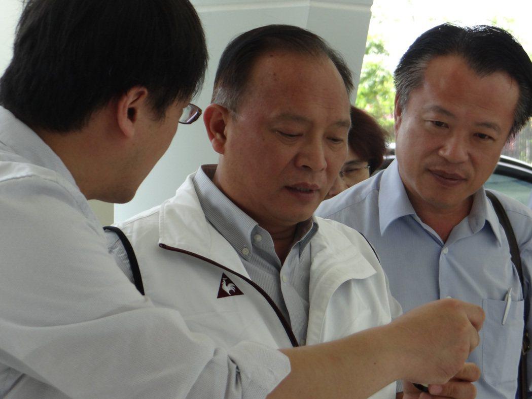 農委會主委林聰賢(中)到大江生醫公司參觀,了解公司生產狀況。 記者陳崑福/攝影
