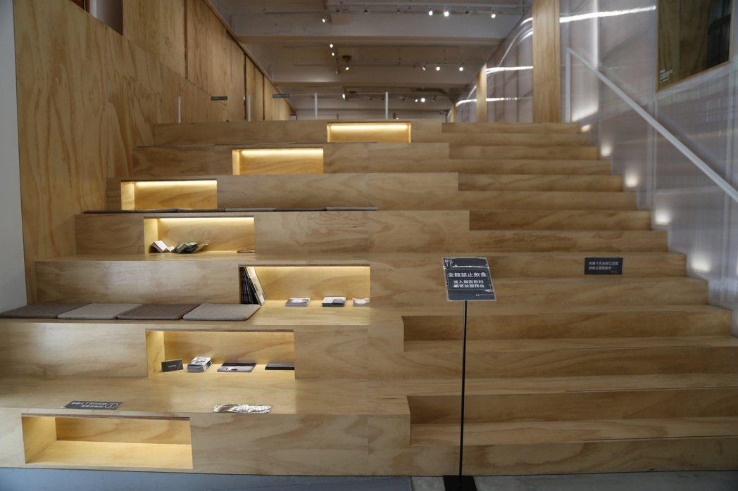 展場內錯落的木質階梯吸引不少遊客駐足。 記者魏莨伊/攝影