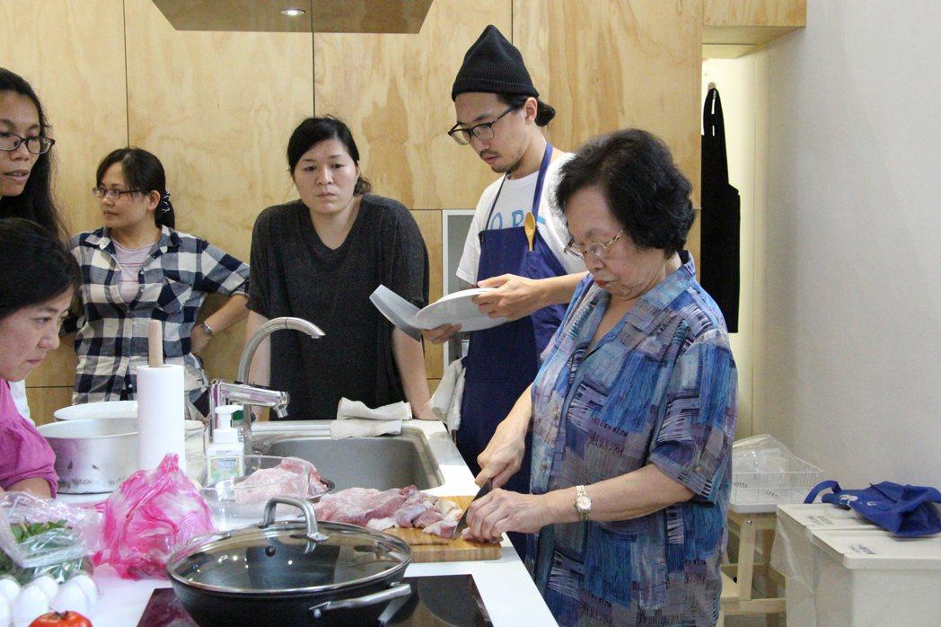 「餐桌學堂」曾推出「阿嬤市場學」,邀請前新富市場攤商阿猜嬤(右)傳授一甲子料理紅...