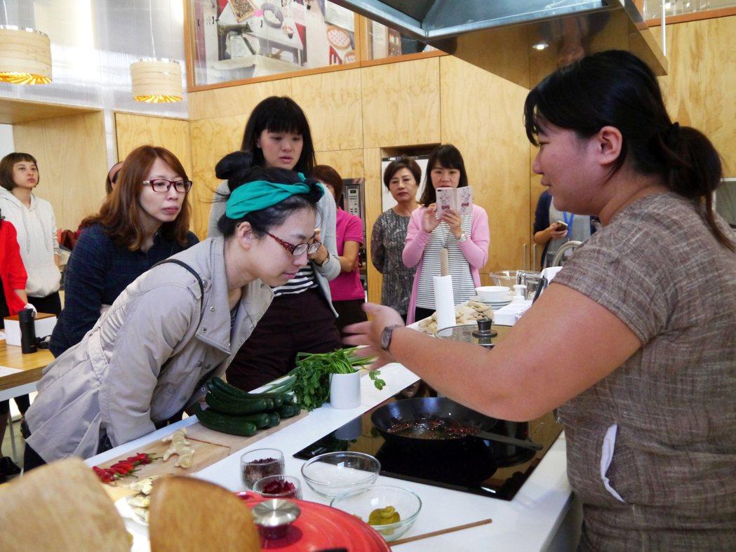 「餐桌學堂」課程邀請親子和年輕男女走進傳統市場認識食材,烹飪好料上桌。 圖/忠泰...