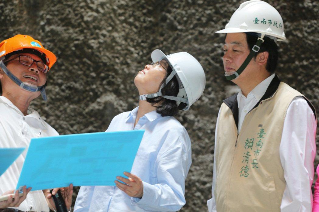 蔡英文總統(中)昨天上午到台南白河水庫視察水庫淤積情況,並進入正在興建中的排淤隧...